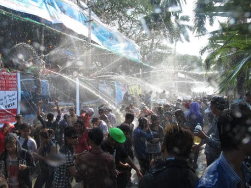 Water-throwing during Thingyan (Photo: travelcake.net)